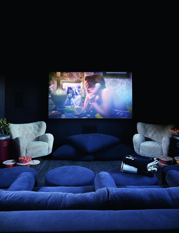 Özel yapım oturma grubu ve bir çift vintage Marta Blomstedt sandalye, evin sinema salonunu süslüyor.