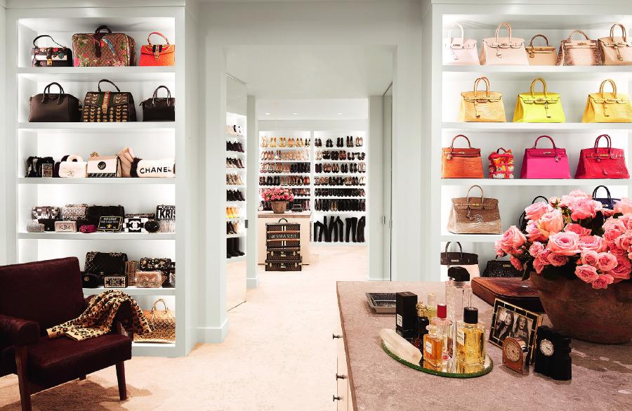 Vintage Le Corbusier ve Pierre Jeanneret koltuğun yer aldığı giyinme odası, Clements Design ve Waldo's Designs imzalı.