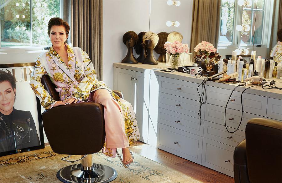 Kendisine özel tasarlanan Versace sabahlığı ve La Perla pantolonuyla Kris Jenner, makyaj odasında.