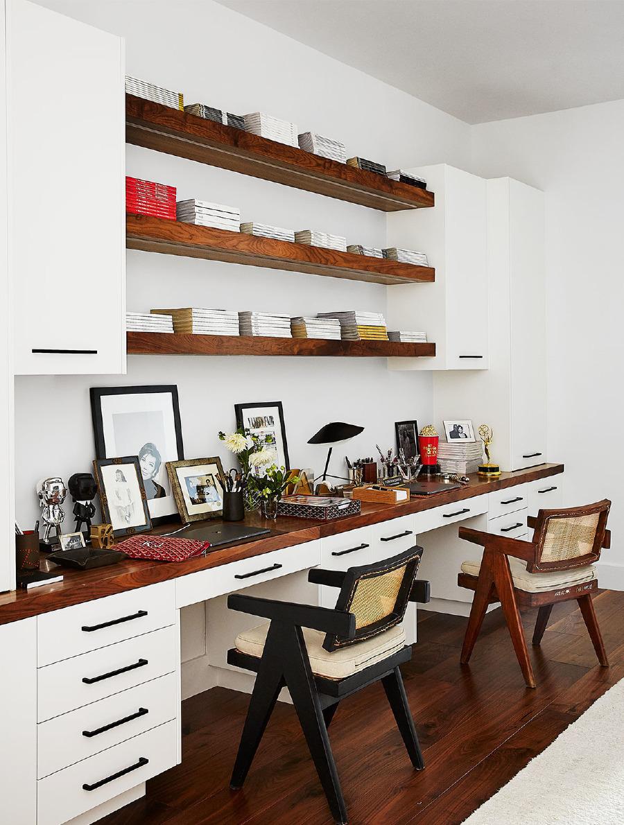 Vintage Pierre Jeanneret koltuk ve duvara monte çalışma masası ile Serge Mouille lamba.