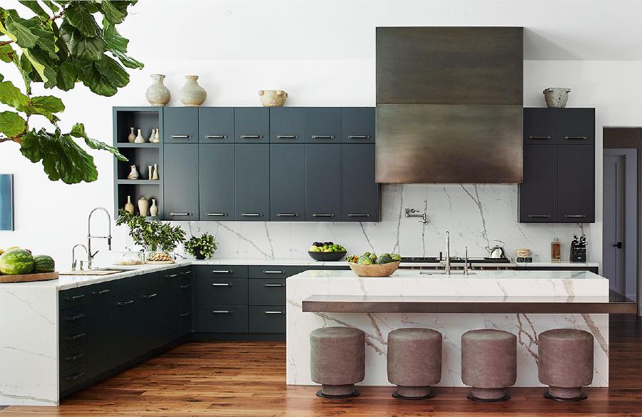 Mutfak dolaplarının boyası Farrow & Ball. Özel yapım taburelerin döşemelik keten kumaşları, de Le Cuona.