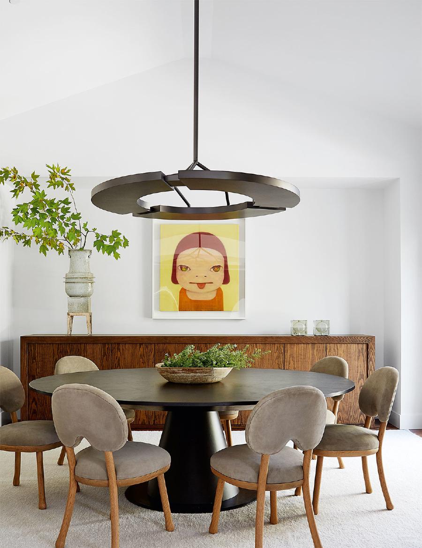 Yemek odasında asılı Yoshimoto Nara tablosu; masa ve sandalyeler özel yapım; büyük ayaklı vazo, Chris Brock Pottery'den.