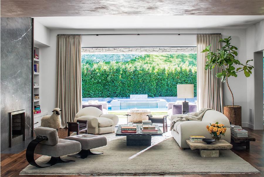 Özel yapım oturma grupları, Oscar Niemeyer sandalye ve puf, bir Lalanne kuzu heykeli ve Vincent Dubourg sehpa büyük salonda uyum içinde; lamba, Waldo's Designs.