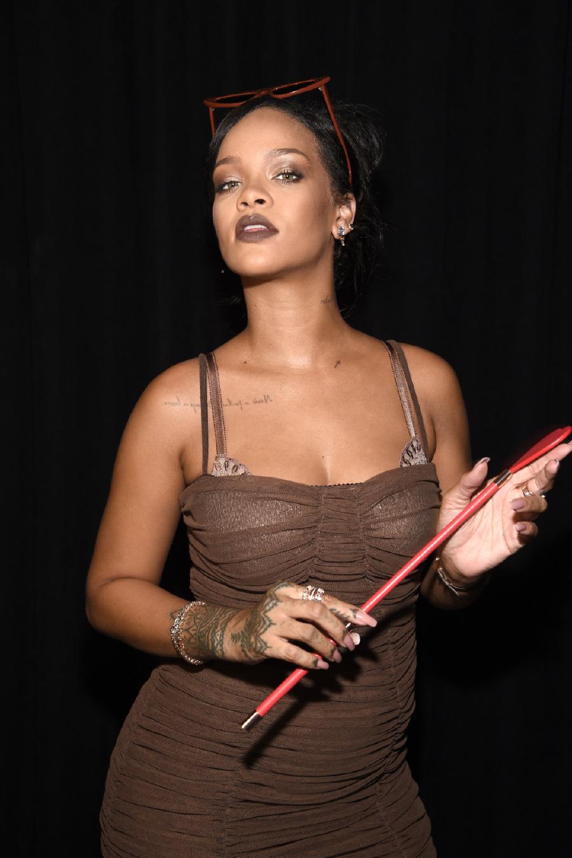 Uzun tutamlar ve kızıl tonlarla Rihanna radikal bir değişikliğe imza atıyor.