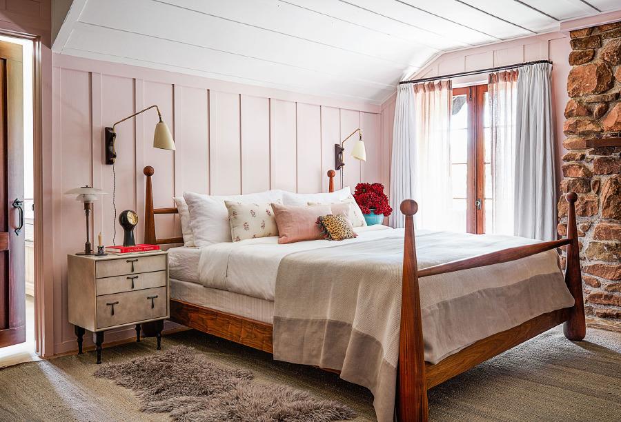 Ana yatak odasında duvarlar, özel yapım Farrow & Ball pembe boya ile renklendirilmiş, yatak da özel yapım.