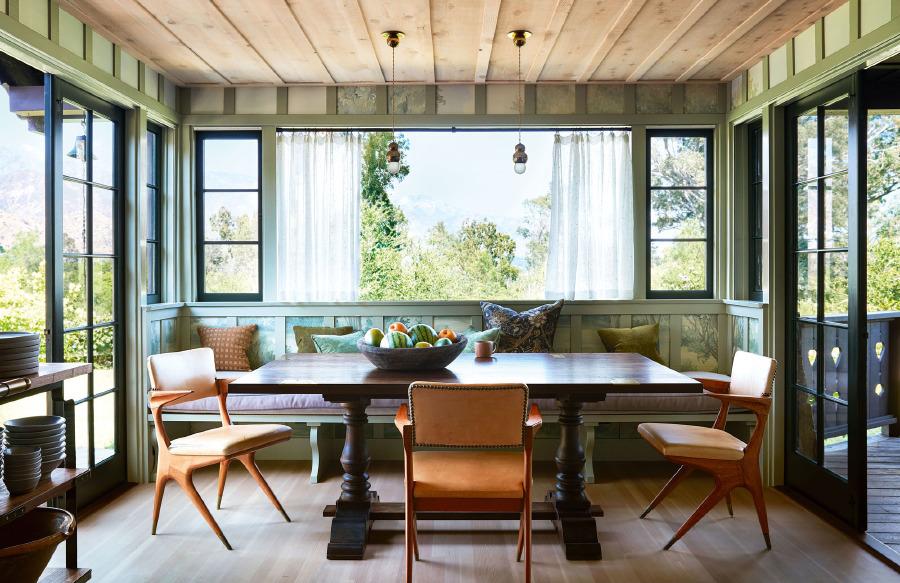 Kahvaltı alanını Susan Harter imzalı mural tipi duvar kağıdı panelleri süslüyor. 1950 Carlo di Carli kollu deri sandalyeler, Sawkille Co. imzalı masanın yanında. Tavanda asılı lamba Michael Anastassiades.