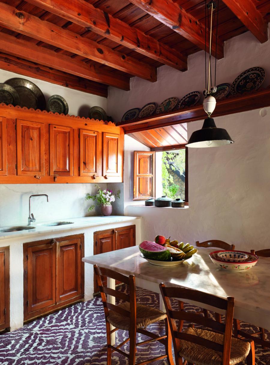 Çiftlik evinden ve çevresinden çeşitli detaylar; doğal malzemelerin kullanıldığı mutfak