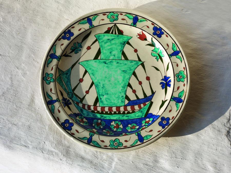 Evin duvarlarında ve bahçede el boyaması tabaklar dekoratif amaçla kullanılmış.